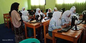 Dosen IIB Darmajaya Berikan Pelatihan Komputer di Sekolah Ini