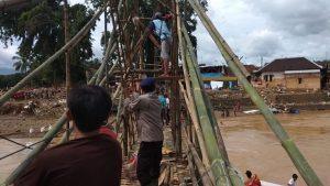 Gunakan Bambu, Personil Sat Brimob Polda Banten Membuat Jembatan Gantung Sebagai Akses Jalan Sementara