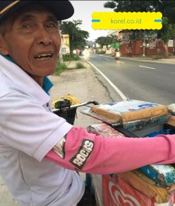 Yang Lihat Kakek Penjual Es ini , Ayo Bantu Lariskan Dagangannya