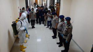 Mapolresta Tangerang Cegah Penyebaran Covid-19 Dengan Penyemprotan Disinfektan