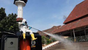 Putus Rantai Penyebaran Covid-19, Brimob Banten Semprotkan Disinfektan ke Fasilitas Publik dan Tempat Ibadah