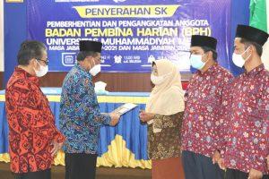 Ketua PWM Lampung Serahkan SK Pengangkatan Anggota BPH UM Metro