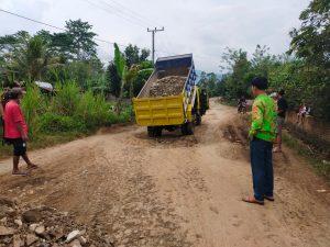 Giat Gotong Royong Kakon Ulu Semong Bersama Warga Perbaiki Jalan Berlobang