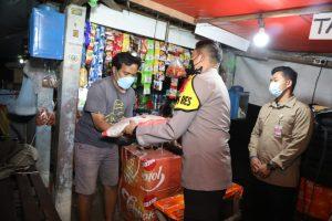 Gelar Patroli Humanis PPKM Darurat, Kapolresta Tangerang Bagikan Bansos ke Pedagang dan Borong Dagangan