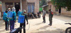 Babinsa Kampung Ujung Gunung Ilir Bersama Aparatur Kampung Laksanakan Penyemprotan Disenfektan