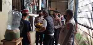 Rayakan Idul Adha, Polsek Kembangan Bagikan Daging Kurban Siap Saji Dan Buah Kepada Tahanan
