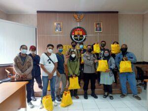 Peduli Awak Media, Polda Banten Bagikan Paket Sembako