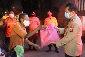 PPKM Level 4, Polda Banten Bagikan Ratusan Paket Sembako ke Pedagang