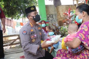 Tak Kenal Lelah, Polda Banten Peduli Warga Salurkan Paket Sembako