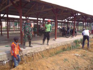 Serda Saleh Pimpin Bersih-Bersih Lokasi Posko TNI Manunggal Membangun Desa