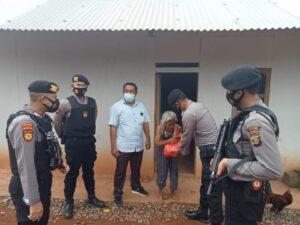 Polres Way Kanan Bagikan Bansos ke Warga Terdampak Covid-19