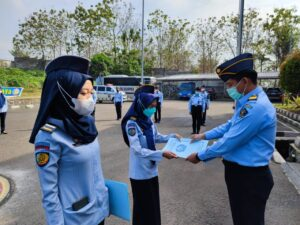 Dapat Apresiasi, Lapas Kelas IIA Cilegon Beri Reward Berupa Piagam Kepada 2 Pegawai