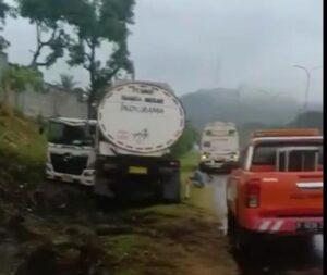 Akibat Selip Ban , Truk Tangki Alami Kecelakaan Tunggal Di Tol Merak
